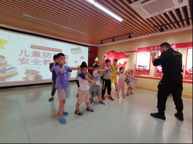 特警六大队开展暑期安全自护教育进社区活动